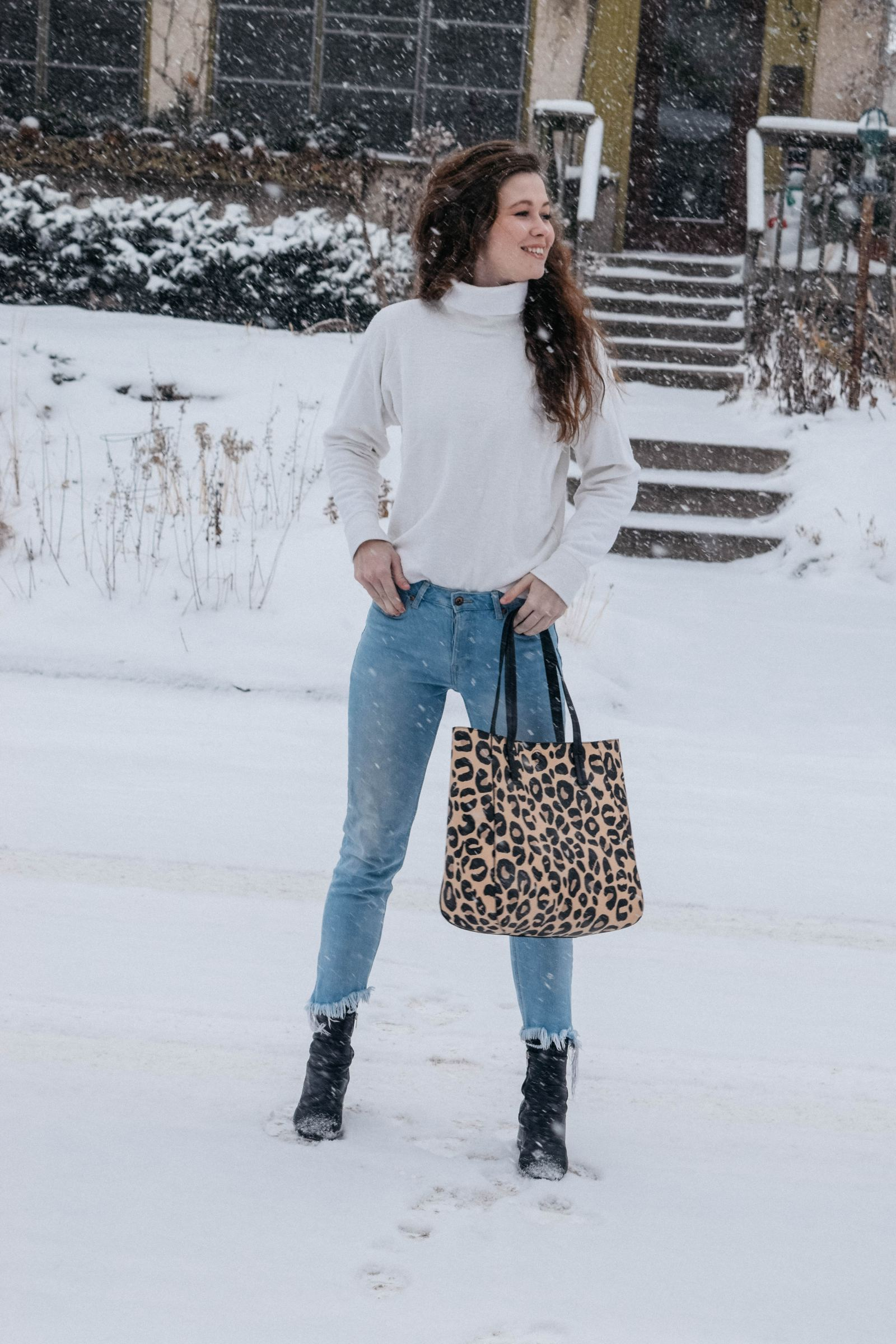 How to style a statement handbag?